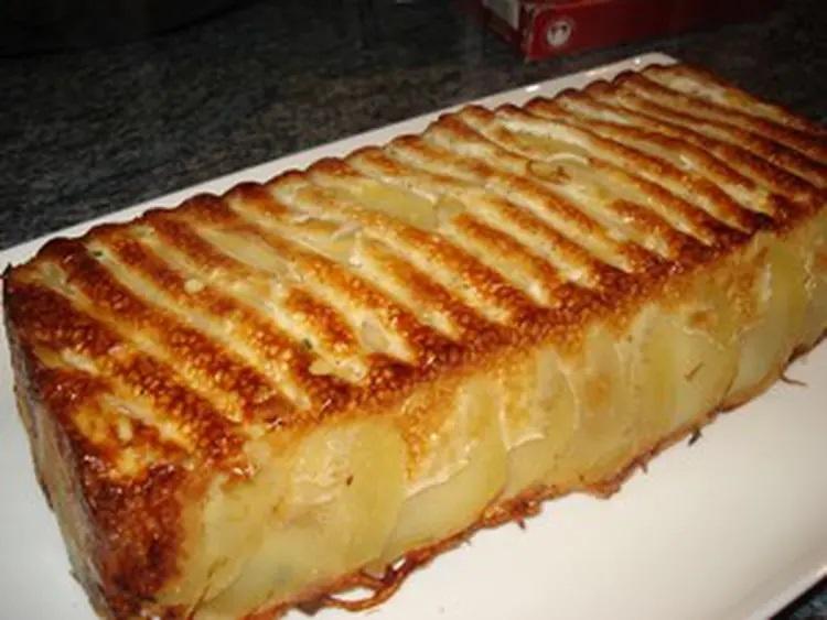 Préparation 1 Éplucher les pommes de terre et les couper en rondelles très fines, les disposer dans un moule à gâteau en silicone. Tapisser le fond et le cote du moule en superposant les pommes de terre. Ensuite déposer le reste des rondelles jusqu'à moitié du moule. 2 Dans un bol casser les oeufs, verser la crème, la ciboulette émincée, le paprika, saler et poivrer. Mélanger le tout et verser la moitié sur les pommes de terre dans le moule. Répartir 30 g de gruyère. Recouvrir avec le reste des pommes de terre et recommencer cette dernière opération. Pour finir Passer au four à 200°C, thermostat 6 pendant une heure. Démouler et servir.