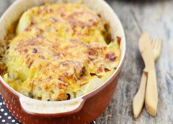 Gratin de pommes de terre, chou-fleur et saucisses