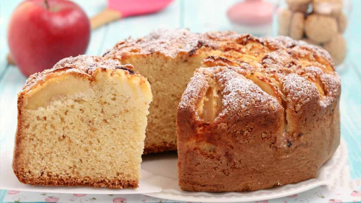 Délicieux gâteau aux pommes et macarons