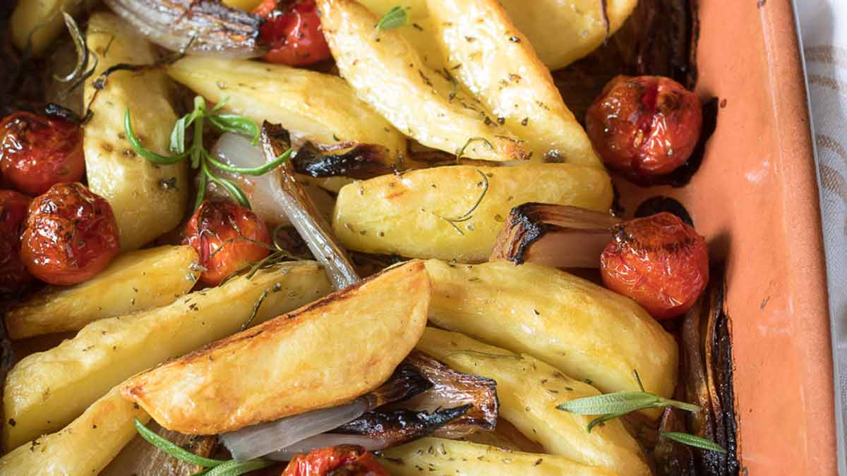 Pommes de terre aux oignons et tomates