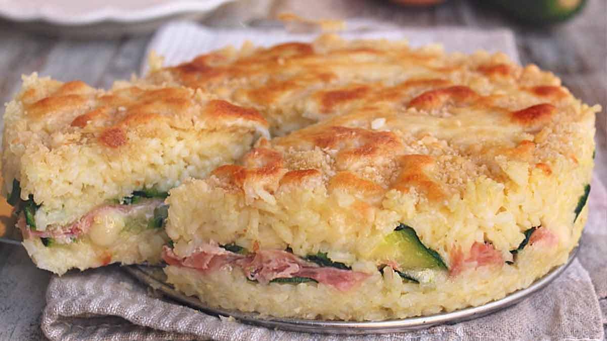 Tarte au riz avec courgettes au jambon et fromage