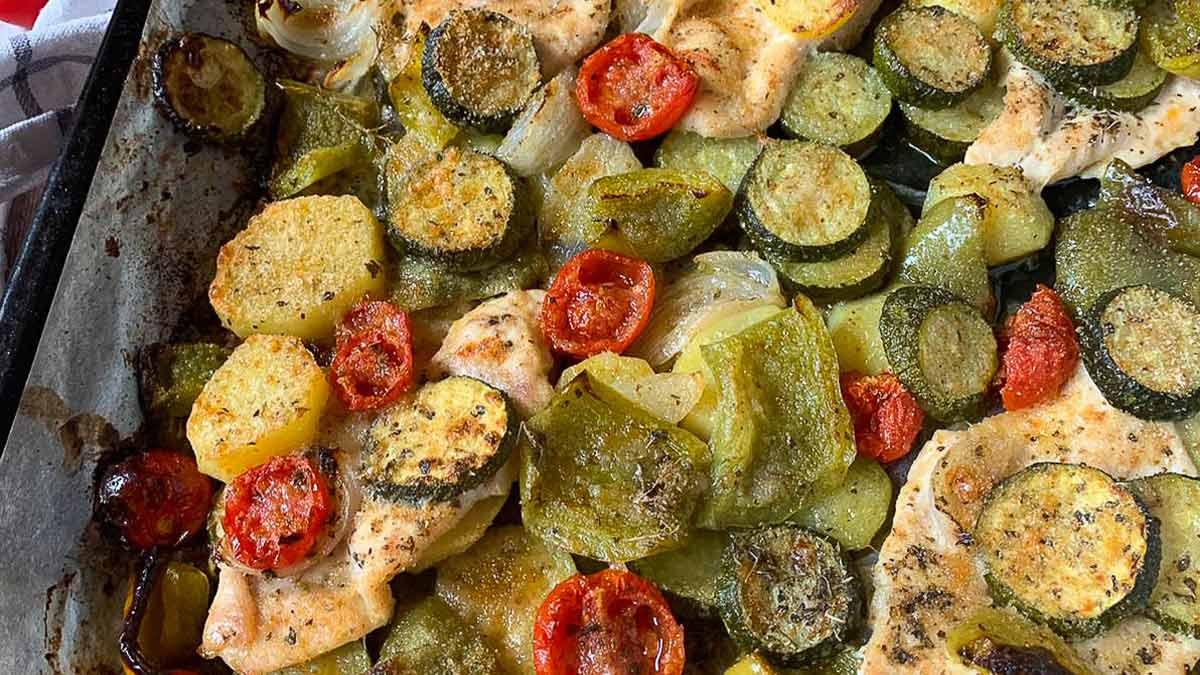 Tranches de poulet au four avec légumes gratinés