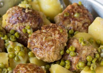 boulettes de viande aux pommes de terre et petits pois