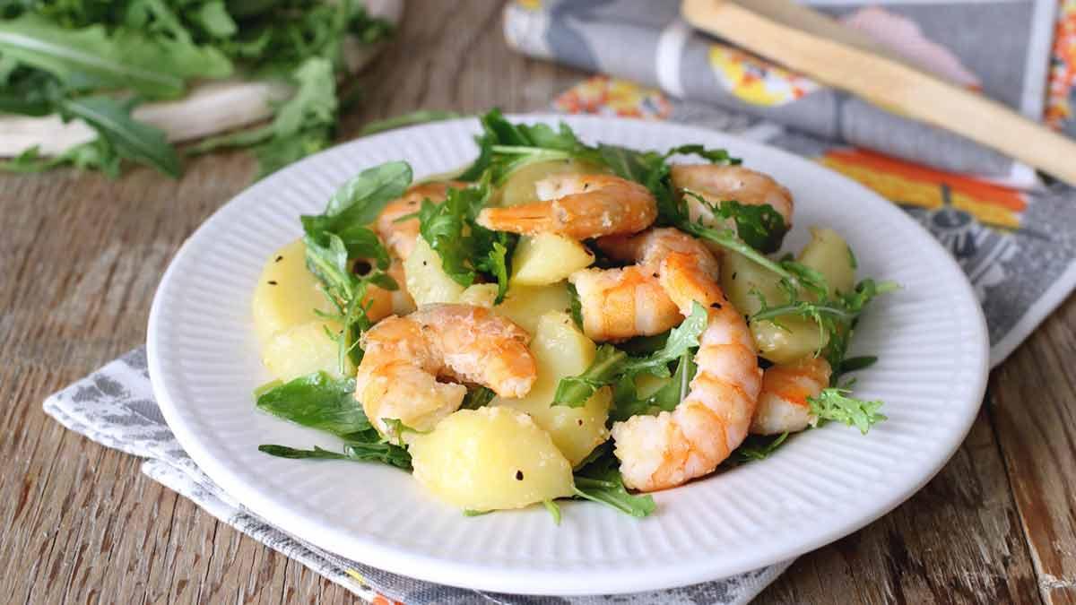 salade de crevettes avec pommes de terre et roquette