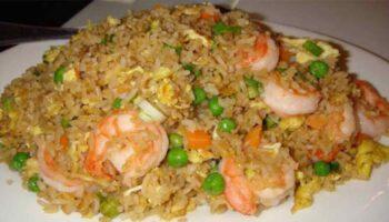 Délicieux riz cantonais aux crevettes et lardons