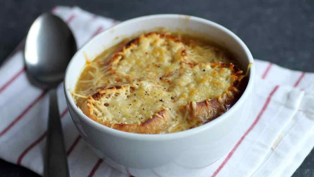 Fabuleuse soupe à l'oignon gratinée