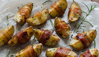 Savoureuses pommes de terre épicées avec fond