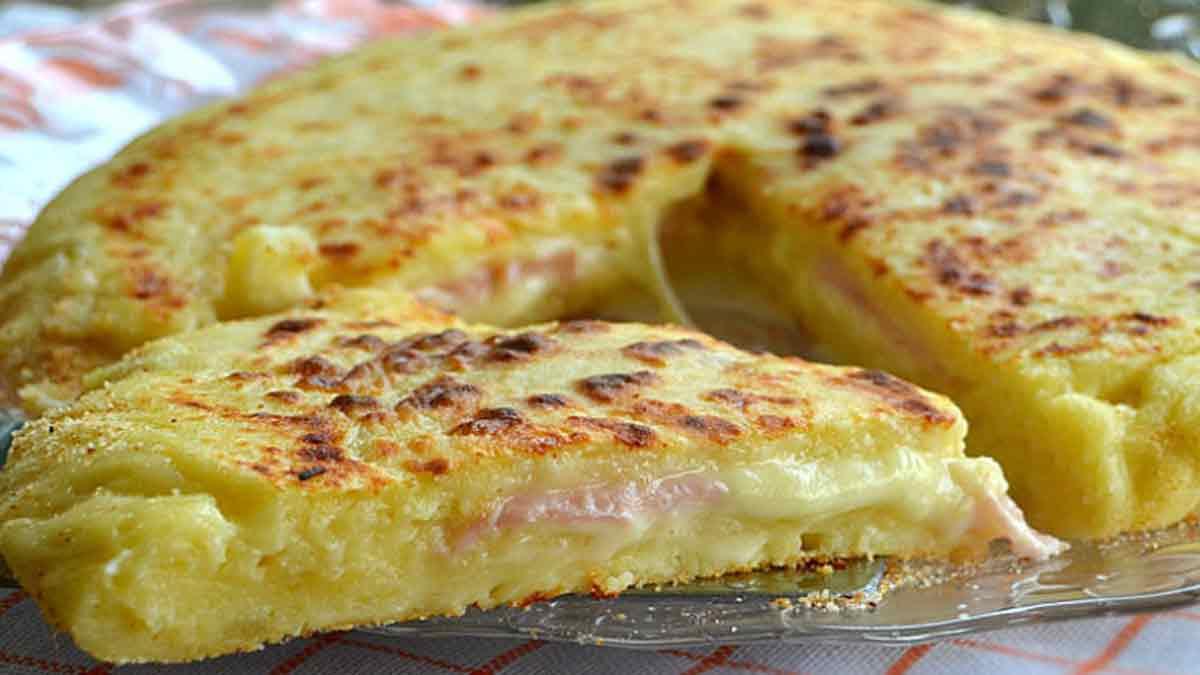 Savoureuse pizza de pommes de terre fromage et jambon