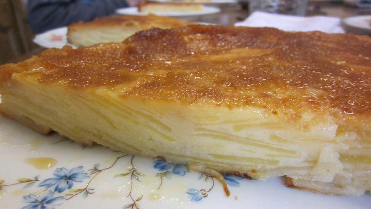 Savoureux gâteau invisible caramélisé aux pommes