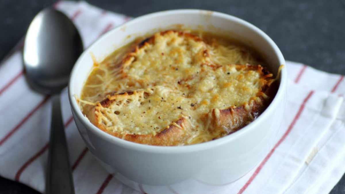 Succulente soupe à l'oignon gratinée