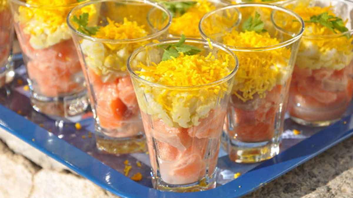 Verrines de tartare de saumon et œufs mimosa