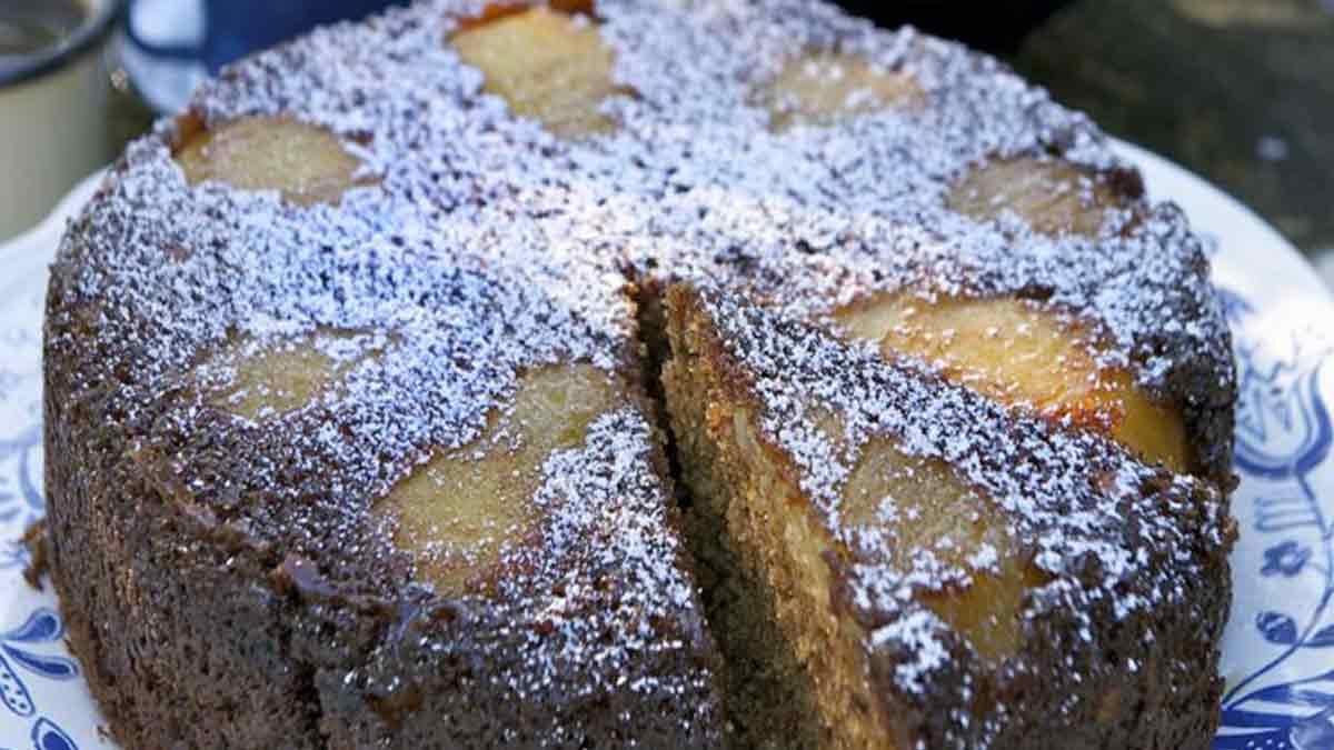 Appétissant gâteau au yaourt poires et chocolat