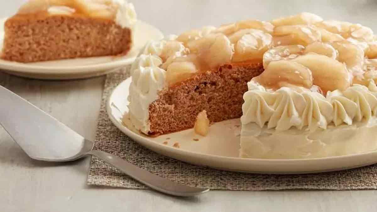 Délicieux gâteau très doux aux pommes et épices