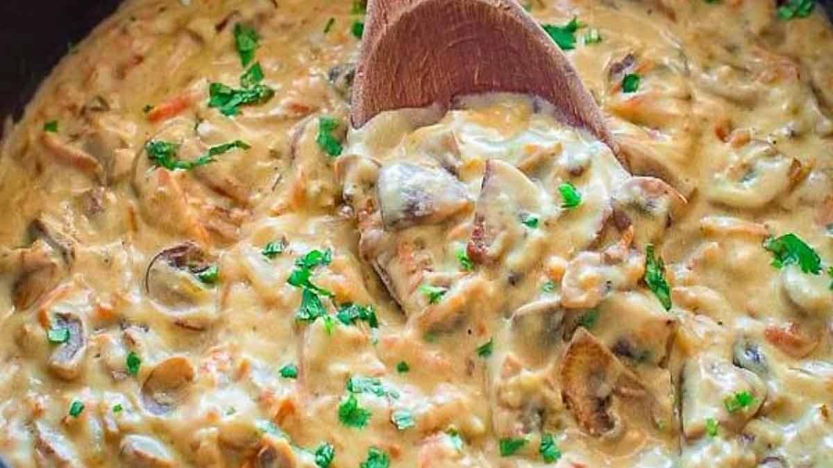 Délicieux steaks grillés et sauce aux champignons