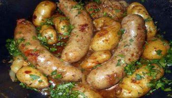 Délicieuses saucisses campagnardes et pomme de terre rates