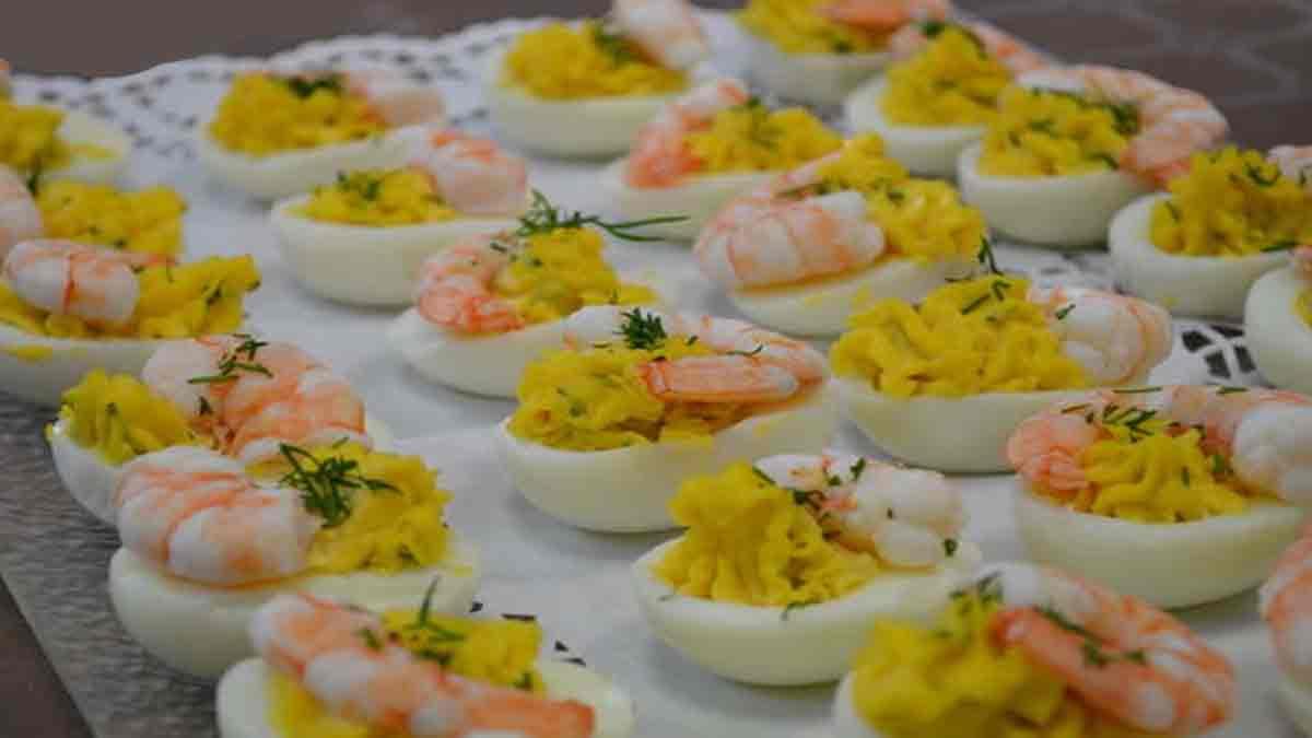 Appétissants œufs mimosa farcis aux crevettes