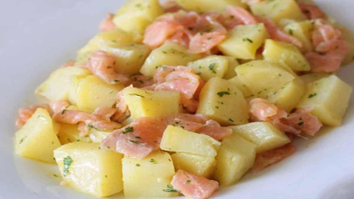 Salade classique de pommes de terre et saumon fumé