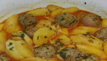 ragoût de pommes de terre et boulettes