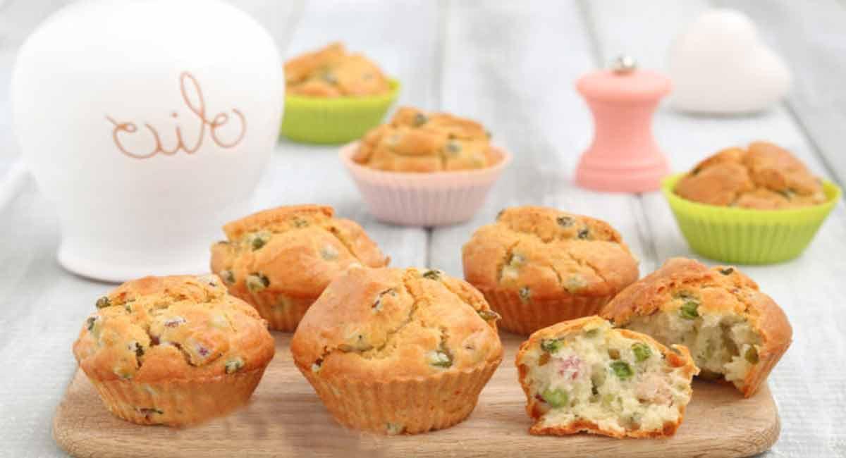 Délicieux muffins doux aux petits pois et aux lardons
