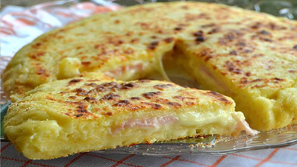 Exquise fougasse de pommes de terre au fromage dégoulinant et jambon