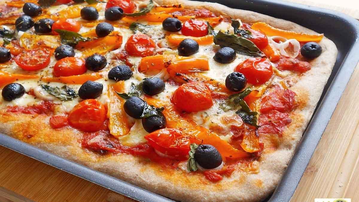 Pizza à la mozzarella et olives noires