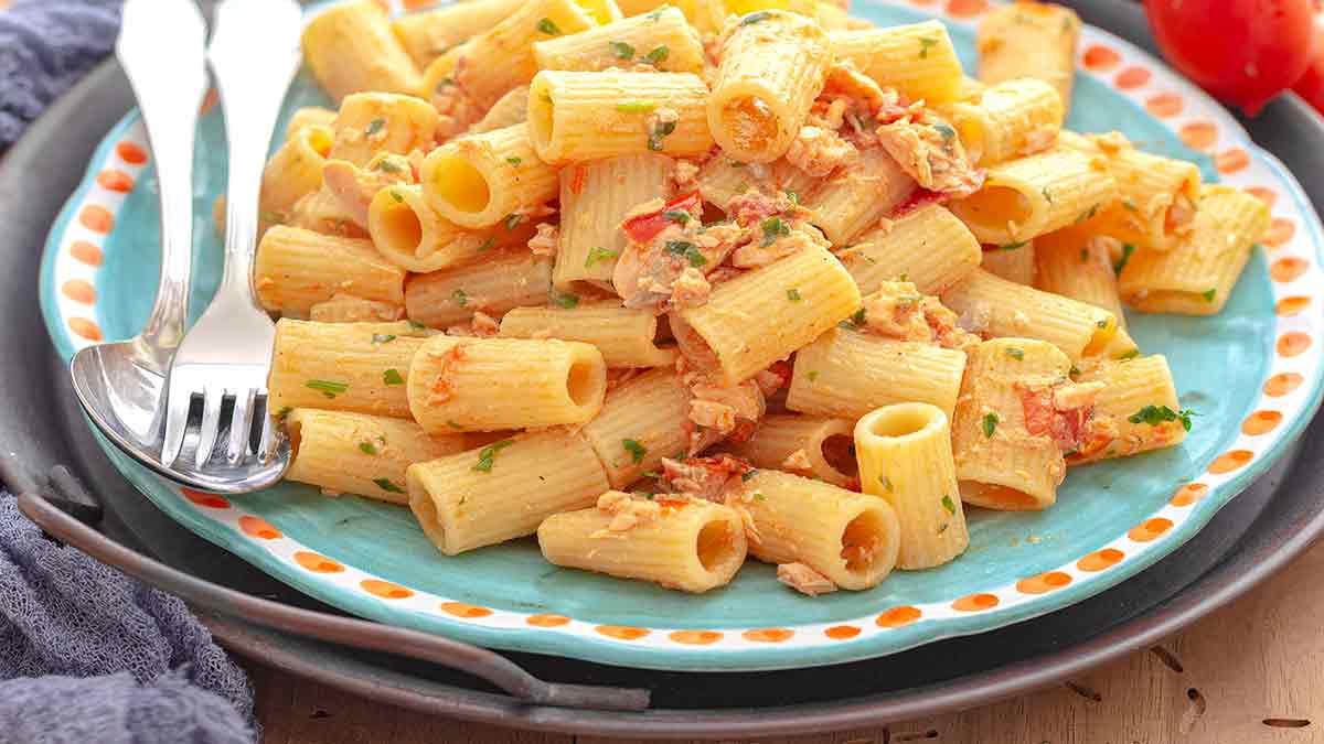 Plat de pâte au thon et tomates cerise