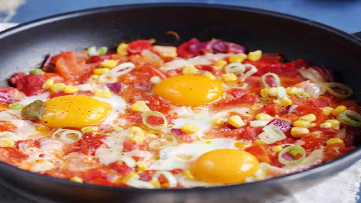 Poêlée de tomates poivrons maïs et œufs