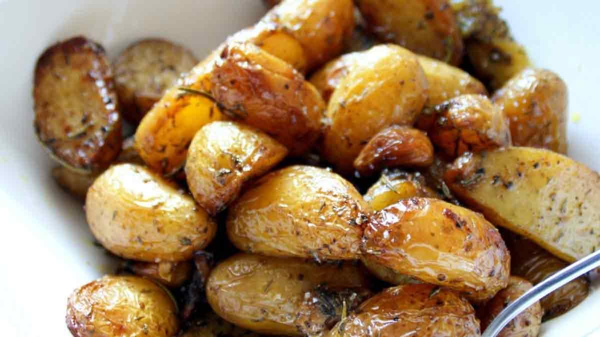 Tendres pommes de terre confites aux romarin et ail