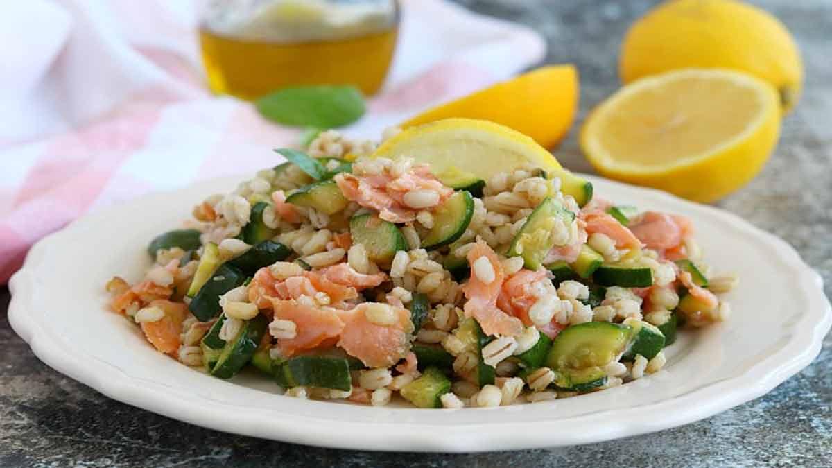 salade d'orge aux courgettes et saumon fumé