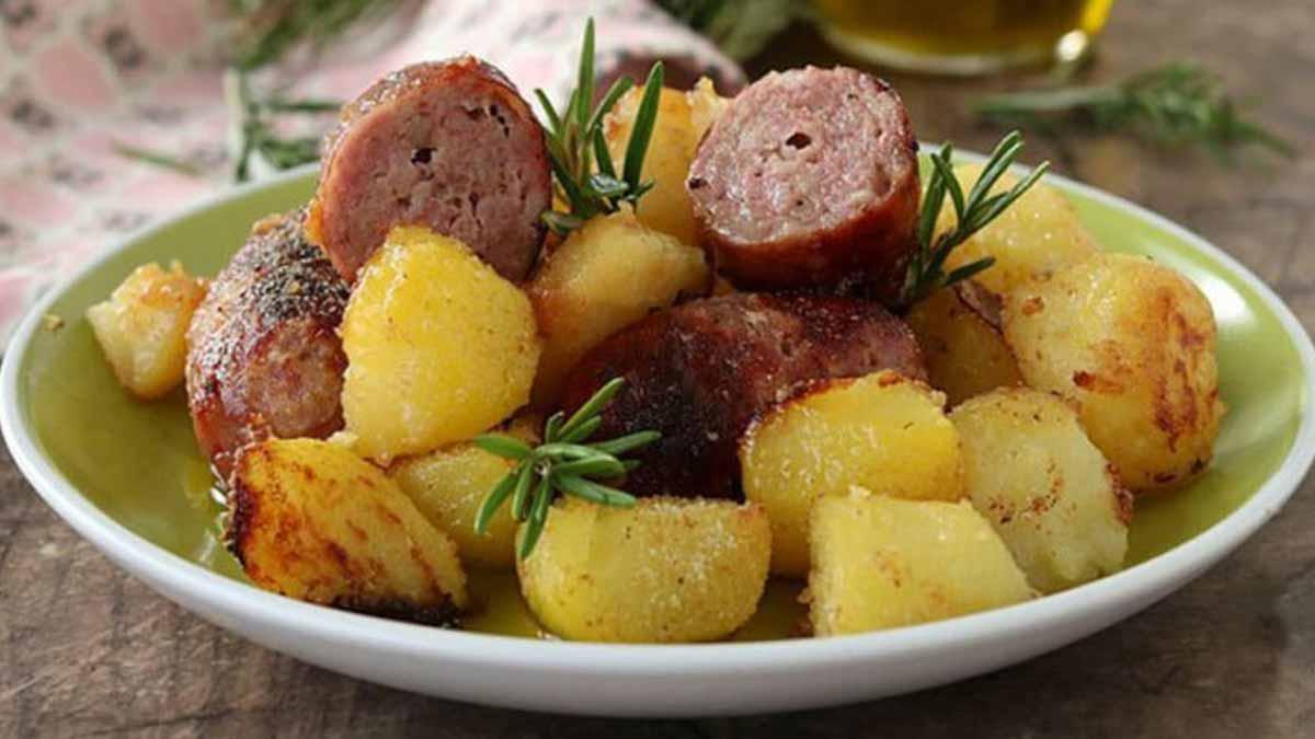 saucisses et pommes de terre gratinées