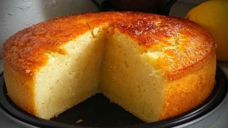 Doux gâteau au lait à la semoule, parfumé à la vanille et au citron