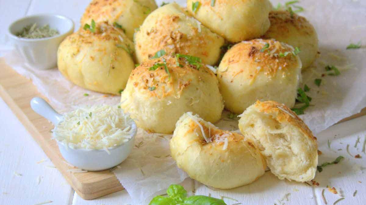 petits pains au romarin-ail et parmesan