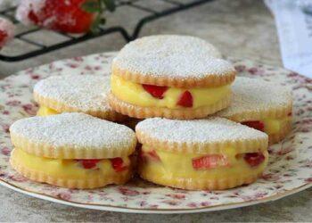 Biscuits aux fraises et à la crème pâtissière divinement bons